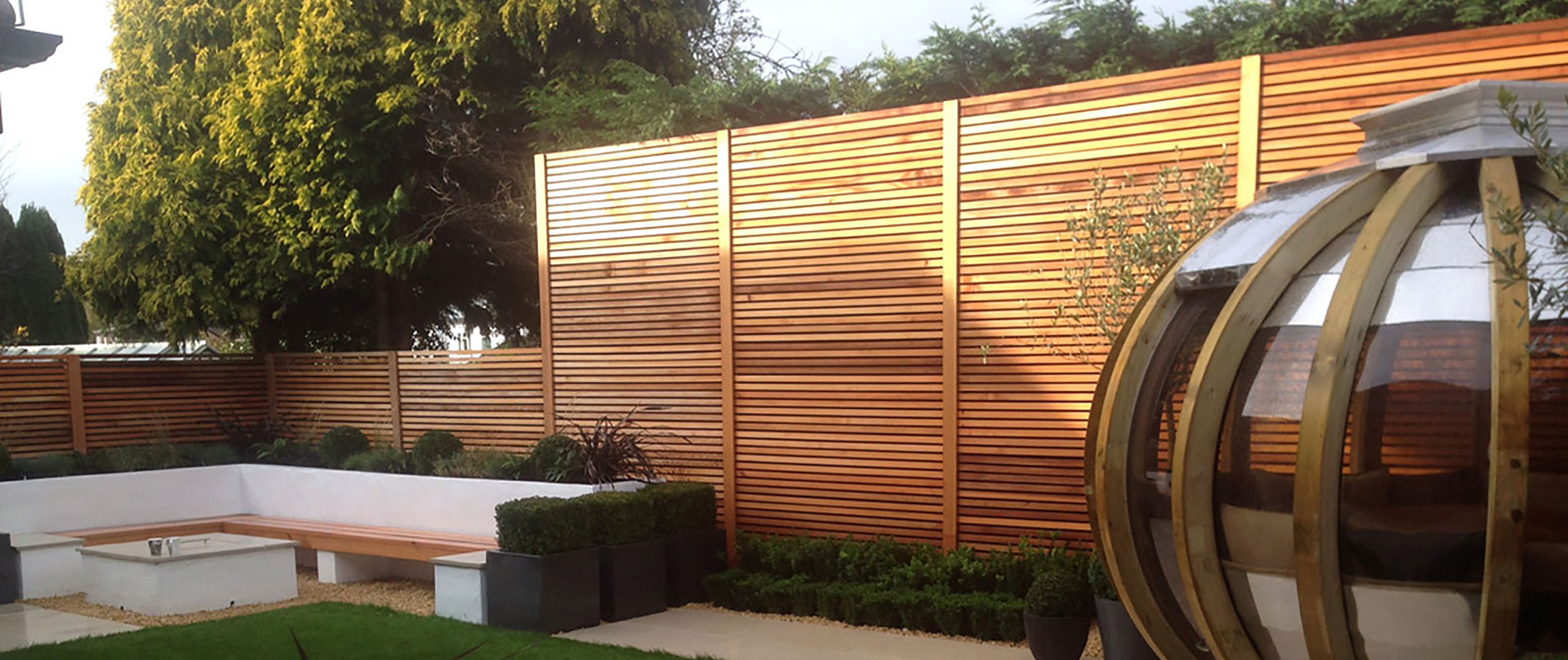 Cedar Slatted Screens in a Contemporary Garden With a High Level of Sophistication