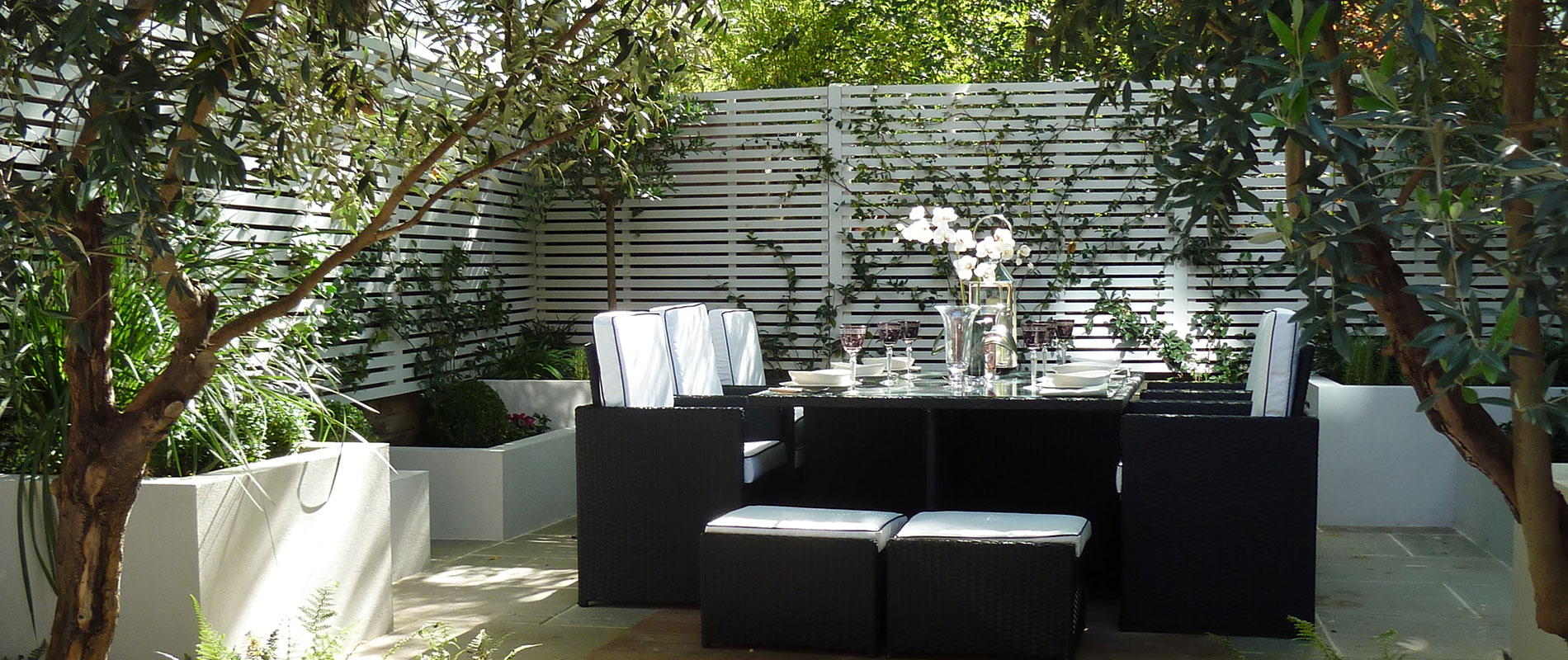 Slatted Screen Creates Sophisticated Al Fresco Dining Area